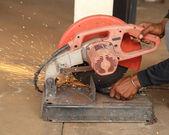 Trabajador cortando varilla de acero — Foto de Stock