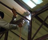 Worker us electric welding connecting construction  — Foto de Stock