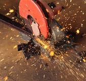 Chispa y trabajador corte metal — Foto de Stock