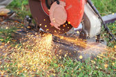 Cutting metal and spark with cutting machine — Stockfoto