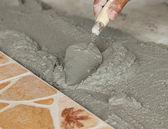 Handwerker, die Verlegung von Fliesen, Kelle mit Mörtel — Stockfoto