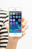 Hand holding gold iphone 5s — Stock Photo
