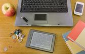 Escritorio con portátiles y otros objetos — Foto de Stock