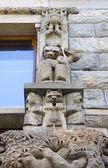 墙雕塑与熊 — 图库照片