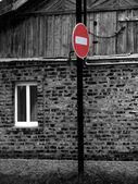 Señal de prohibición en el fondo de la casa — Foto de Stock