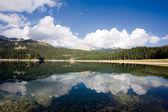 Reflejo en aguas tranquilas de los lagos de montaña — Foto de Stock