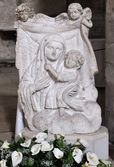 Bas-relief stone madonna with child — Stockfoto