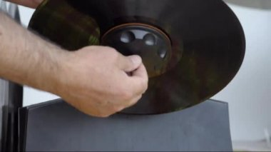 Cleaning a dirty vinyls using a pan and dedicated tool — Stock Video