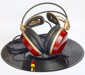 Wooden headphones arranged over some old 33 rpm records — Stock Photo