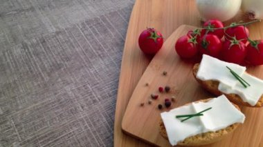 Crispbread with fresh cheese, tomato, white onions and pepper — Stock Video