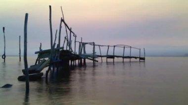 Восход солнца на реке — Стоковое видео