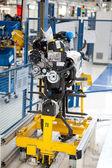車のエンジン組み立て工場の生産ライン — ストック写真
