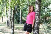 Sevimli kadın parkta — Stok fotoğraf