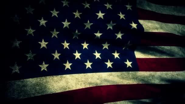 Olas de una bandera americana vieja, usada en la brisa. — Vídeo de stock