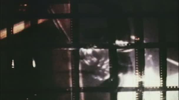 Film en couleur avec les trous du pignon et de la photo noir et blanc de visage d'une femme. — Vidéo