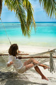 Girl in a hammock on the shores of the azure ocean (Maldives - L — Stock Photo