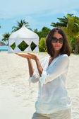 La fille sur la plage et un chapiteau pour les mariés — Photo