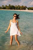 девушка на фоне индийского океана — Стоковое фото