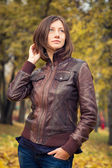 Beautiful girl posing in autumn park — Stock Photo