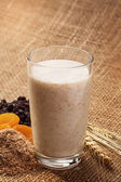 Yogurt with wheat bran as a drink for improving the digestion pr — 图库照片