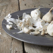 Whole and cloves of organic garlic — Stock Photo