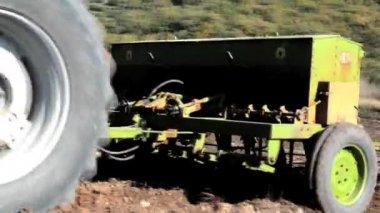 Jordbrukstraktorer frön — Stockvideo