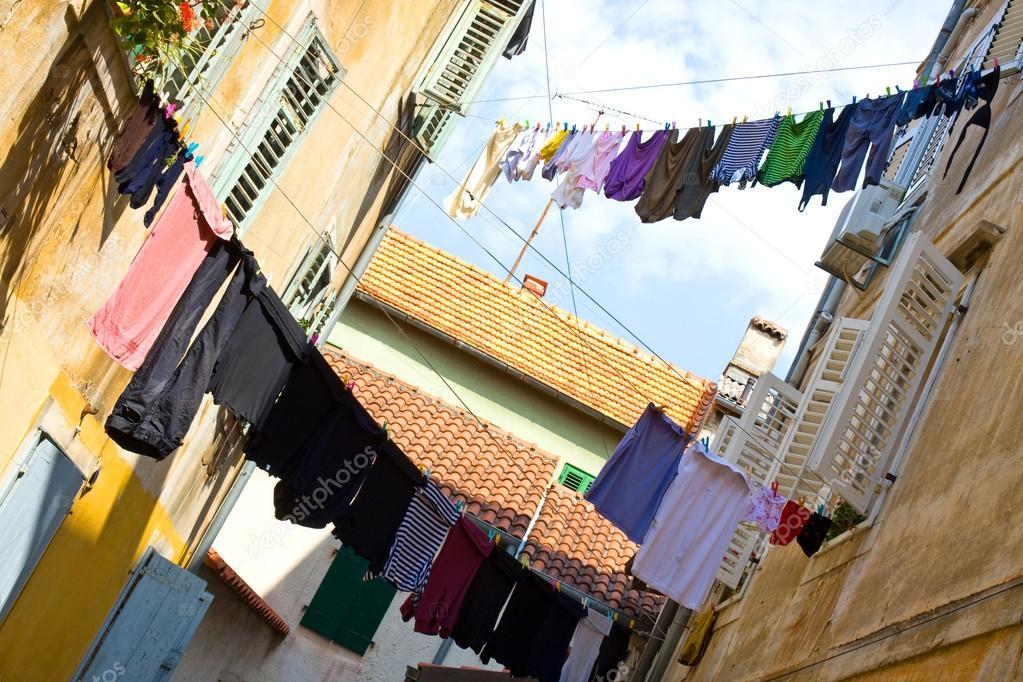 Ropa interior vieja colgando a secar salir del lavado for Tendedero de ropa interior