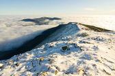 Landschap winter heuvel scène met mist. — Stockfoto