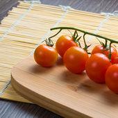 Frische tomaten auf vintage holztisch — Stockfoto