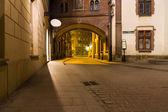 Tajemný úzké uličky s lampióny v krakově v noci — Stock fotografie
