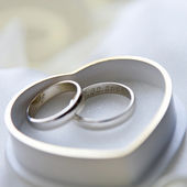 Gold wedding rings with heart-shaped box — Stock Photo