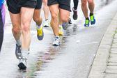Détail des jambes des coureurs au départ d'une course de marathon — Photo
