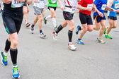 деталь ножки бегунов в начале гонки марафон — Стоковое фото