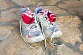 Paar oude loopschoenen gebruikt met sokken — Stockfoto