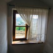 Vista da janela do velha — Fotografia Stock