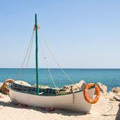 Barca sulla spiaggia al momento del sorgere del sole — Foto Stock
