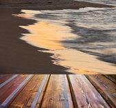 海と夕日の背景に空の木製デッキの床 — ストック写真