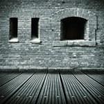 viejo interior grunge con pared de ladrillo y piso de madera — Foto de Stock   #33697341