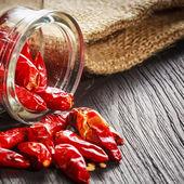 Rote heiße chilischoten auf einem holzbrett — Stockfoto