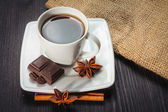Kahve ile ahşap bir masa üzerinde kahverengi şeker. — Stok fotoğraf