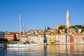 在码头和罗维尼在克罗地亚伊斯特拉半岛上的城市 — 图库照片