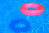 Bola inflável colorida e tubo redondo boiando na piscina — Foto Stock