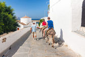 LINDOS, GREECE - JUNE 24: Unidentified tourists walking in historic town Lindos on June 24, 2008. Lindos is most popular turist destination located in the Rhodes Island, eastern Aegean Sea. — Stock fotografie