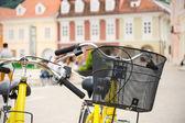 Fahrrad mit korb — Stockfoto