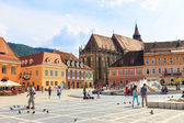 BRASOV, ROMANIA - JULY 15: Council Square on July 15, 2014 in Brasov, Romania. Brasov is known for its Old Town, which is a major tourist attraction includes the Black Church, Council Square and medie — Stockfoto