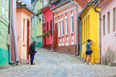 SIGHISOARA, ROMANIA - JULY 17: Unidentified tourists walking in historic town Sighisoara on July 17, 2014. City in which was born Vlad Tepes, Dracula — Stockfoto
