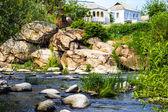 Mountain river with mossy stones. house on the rock. — Foto de Stock