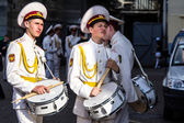 KYIV, UKRAINE - MAY 19: Two bored cadets with drums in the 'Kiev — Stock Photo