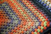 Разноцветные афганские одеяло ручной работы крючком бабушка квадратов. — Стоковое фото