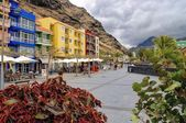 PUERTO DE TAZACORTE, SPAIN - CIRCA MAY 2014, Promenade with pubs and restaurants in center of Puerto de Tazacorte, the most famous coast resort on La Palma the fifth largest island of the seven main C — Stock Photo